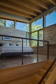 modernes schlafzimmer treppen geländer glas fenster