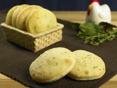 La ricetta delle focaccine alle erbe aromatiche: ideali per insegnare ai bambini ad apprezzare i sapori, sono ottime per merenda o cena al posto del pane.