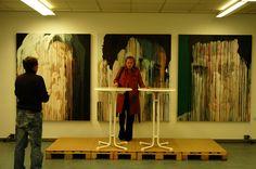 Birgit Jakobs vor Triptychon von Max Fesl