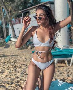 Take Inspiration From This Blogger For Honeymoon Outfits For Beach! Honeymoon Swimsuit, Honeymoon Outfits, Vacation Outfits, Just Married Flip Flops, Sequin Bikini, Abs Women, Model Look, Beach Look, Black Bikini