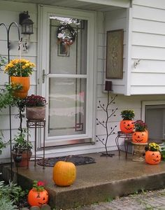 Jennifer Rizzo: Halloween decorating ideas - use the plant stand as a pumpkin stand