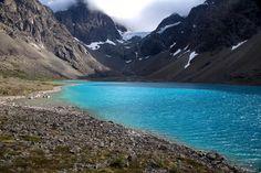 Aller voir les eaux turquoises du lac Blåvatnet. Lyngen - Norvège septentrionale.