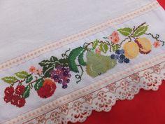 Pano de Prato bordado em ponto cruz com motivo decorativo frutas