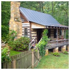 Charming little cabin reminds me of Grandma Odom's house in Bonifay, Fl. Little Cabin, Little Houses, Log Cabin Homes, Log Cabins, Mountain Cabins, Cabin In The Woods, H & M Home, Cabins And Cottages, Cozy Cabin