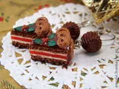 Серьги Рождественские тортики из термопластики. Праздничное настроение и много-много шоколадного крема..    Все сладости и фрукты в этих серьгах выполнены полностью вручную, без добавления красок и росписи.