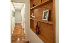 Quadros e nichos embutidos são destaque neste corredor projetado pelos arquitetos Rodrigo Costa e Alessandra Marques, do Studio Costa Marques