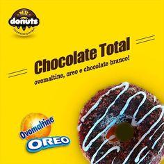 Faça uma pausa. Estamos todos os dias experimentando novas combinações. Hoje tem esse resultado: Uma camada de chocolate branco polvilhado com Ovomaltine e pedacinhos de biscoito Oreo para dar uma incrementada! Uma deliciaaa!  #mrdonuts #natalrn #pontanegra #euquero #donuts #amodonuts #amomuito #doce #doceria #delicia #comida #gourmet #chocolate #ovomaltine #oreo #instafood #vaipromundo