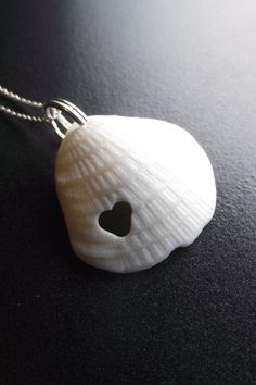 simple shell pendant with cutout Seashell Jewelry, Seashell Necklace, Seashell Art, Seashell Crafts, Love Necklace, Shell Necklaces, Necklace Ideas, Make Your Own Jewelry, Jewelry Making