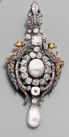 MASSIN  Rare broche pendentif en or et argent, La bélière adaptable à décor fleurdelisé sertie de diamants taillés à l'ancienne et d'un diamant taillé en poire,  vers 1867.  Diam. des perles : 10/9 et 9,5 mm  Haut. : 8,7 cm. Poids brut : 41,7 g