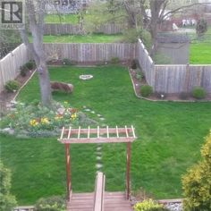 There's lots of space to enjoy in this Cambridge, Canada yard!
