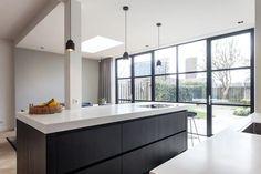 Een mooi voorbeeld wat een pui met glas kan doen. Ook mogelijk bij Simply Steel met slank stalen pui. Verbouwing en uitbouw jaren 30-woning door Bob Romijnders Architectuur + Interieur. #stalenkozijn #gevel #simplysteel
