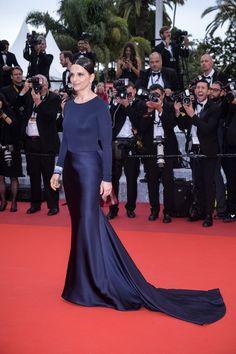 Striking Juliette Binoche made a dazzling entrance tonight in a custom-made midnight blue #GiorgioArmani Privé look for the premiere of 'Ma Loute' during the 69th annual Festival De Cannes.