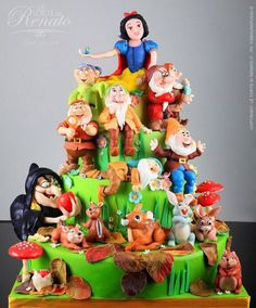 I always thought Snow White was such a wonderful movie.  This is such a pretty cake.