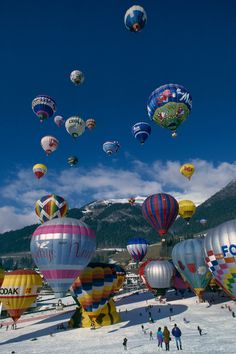 Mass ascent in Chateau-d'Oex, Swtizerland. Photo by Carsten Neff. Balloons Galore, Big Balloons, Air Ballon, Hot Air Balloon, Ballon Festival, Balloon Pictures, Balloon Rides, Photo Illustration, Kite