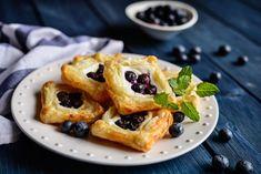 Čučoriedkové koláčiky z lístkového cesta Kefir, Croissant, Baked Goods, Waffles, French Toast, Food And Drink, Dishes, Baking, Breakfast