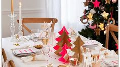 Pink and gold christmas table setting Xmas Table Decorations, Gold Christmas Decorations, Christmas Table Settings, Christmas Tablescapes, Tree Centerpieces, Holiday Tablescape, Christmas Arrangements, Holiday Dinner, Magical Christmas