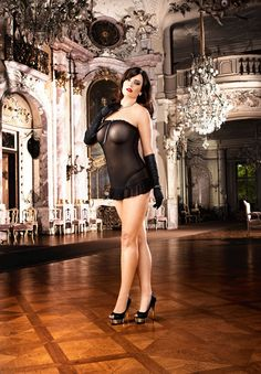 This wonderful, seductively-styled, black dress achieves superior wear comfort thanks to its fine, mesh material. The short, strapless dress is embellished with fine, lace appliqués and catches the eye with its light, flowing seam.