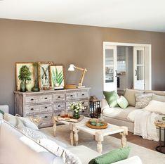 00464727. Salón con dos sofás enfrentados, dos mesas de centro y un aparador de madera envejecida_00464727