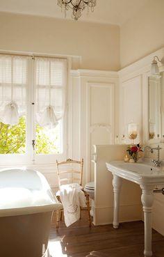 39 Beautiful Bathrooms With Cool Half Walls Design : White Bathtub And Classic Bathroom Chandelier Baños Shabby Chic, Bad Styling, Half Walls, Romantic Homes, Romantic Bedrooms, Bathroom Styling, Bathroom Inspiration, Bathroom Ideas, Bathroom Designs