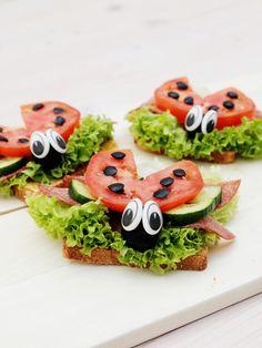 Für die DIY-Marienkäfer-Sandwiches brauchst du: Toastbrot, Senf, Salami, Tomaten, Salat, Gurke, schwarze Oliven und essbare Augen aus Zuckerguss. Sieht doch zum Anbeißen aus, oder?