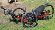 Ich habe das KMX Cobra X Liegerad im Test. Bei diesem Liegerad handelt es sich um ein Performance Trike, was seinen Einsatz nicht nur auf der Straße, sondern auch im Gelände vorsieht. Dank der vormontierten