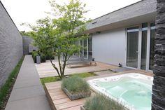 PUUR Groenprojecten - Moderne Tuin Met Patio - Moderne tuin met jacuzzi en ligstoelen