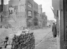 1944 Zeigelbaan, de door het bombardement verwoeste panden,                 tussen de Piersonstraat links, en de Bloemerstraat verderop links en rechts.