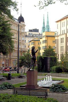 Kolmikulma (ruots. Trekanten) eli Dianapuisto on Yrjönkadun, Uudenmaankadun ja Erottajankadun rajoittama puisto Punavuoren ja Kaartinkaupungin välissä, Helsingin keskustassa. Puistossa on kuvanveistäjä Yrjö Liipolan suunnittelema vuonna 1928 valmistunut Tellervo, Tapion tytär -patsas, joka kuvaa metsän jumalatar Tellervoa heittämässä keihästä. Tellervo by Yrjö Liipola 1928 in a little park with three corners in Helsinki.