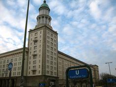 De Frankfurter Tor (Frankfurterplein) baadt in het daglicht. Het torengebouw in stalinistische suikertaartstijl bevindt zich in het oosten van Berlijn. (c) Nel Exelmans