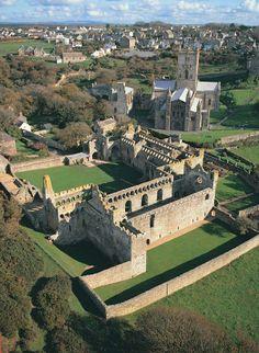 St Davids Bishops Palace and St Davids Cathedral (Sérião, meu sonho é ter uma casa construída ASSIM com muralhas imensas e intransponíveis!) ♥_♥