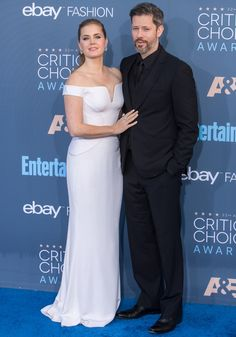 Amy Adams posing with her husband Darren Le Gallo at the Annual Critics' Choice Awards at Barker Hangar in Santa Monica on December 2016 Off Shoulder Gown, Off The Shoulder, Strapless Dress Formal, Formal Dresses, Critics Choice, December 11, Atelier Versace, Amy Adams, Lily Collins