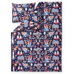 A new and beautiful Magic Moomin duvet cover set for adults. High quality fabric from Finlayson, with a pattern that will bring a smile to your face. Size: Duvet cover 150 x 210 cm and pillow cover 55 x 65 cm.Tämä kaunis ja värikäs aikuisten Taikamuumi pussilakanasetti on taattua Finlayson- laatua. Finlaysonin vuonna 2014 lanseeraama uutuus.Koko: Pussilakana 150 x 210 cm ja tyynyliina 55 x 65 cm.Vackert och färggrant Magi Mumin påslakanset för vuxna. Finlaysons nyhet från år 2014 tilltalar…