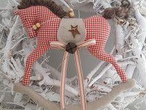 großes Schaukelpferd Landhaus Weihnachten Deko