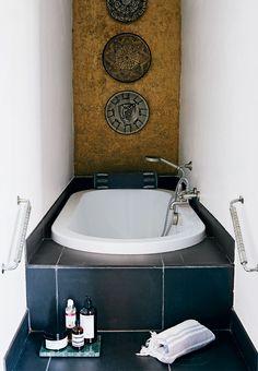 Naja Munthe inviterer indenfor i sit hjem og have Bathroom Wall Decor, Bathroom Colors, Modern Bathroom, Tiny Bathrooms, Bathroom Ideas, Bathroom Mixer Taps, Mid Century Bathroom, Mid Century Modern Lighting, Wall Decor Pictures