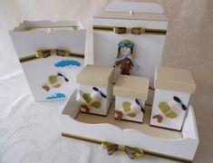 KIT COMPLETO PARA O QUARTO DO SEU PRINCIPE AVIADOR!!  Deixe o quartinho do seu bebê mais fofo com este kit prático e útil para organizar as coisinhas do bebê e facilitar na hora da troca de fraldas  Feito em MDF e com forração em tecido e aplicação de meios de transporte em feltro. Itens  que compõe o kit: 1 kit higiene (bandeja e 3 potinhos) 1 lixeira 1 porta fralda  Cores à critério do cliente Todos os itens podem ser vendidos separadamente.  ** Consulte nossa agenda de produção, prazo ...