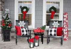 100 Christmas Front Porch Decorating Ideas to Make your home look like Christma. 100 Christmas Front Porch Decorating Ideas to Make your home look like Christmas Movies - Ethinify Best Outdoor Christmas Decorations, Farmhouse Christmas Decor, Rustic Christmas, Simple Christmas, Christmas Porch Ideas, Outdoor Decorations, Christmas Front Doors, Xmas Ideas, Beautiful Christmas
