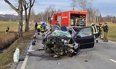 Auf der Bundesstraße zwischen Murnau und Garmisch kam bei Ohlstadt ein Auto von der Fahrbahn ab und prallte gegen einen Baum. Eine Person verletzte sich schwer.