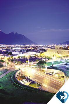 Conoce el corazón de Monterrey: la Macroplaza. Una ciudad cosmopolita gracias a sus museos, parque y edificios aledaños que resultan ser un gran atractivo. Ésta, una de las plazas públicas más grandes del mundo, es bella de día y de noche. Si tienes suerte, por las noches podrás observar el Faro del Comercio, una torre color naranja de casi 70 metros de altura, cuyo punto más alto cuenta con un mecanismo láser que se enciende y puede verse desde varios puntos del Área.