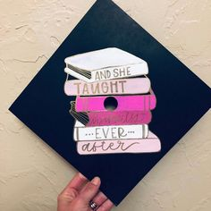 College Graduation Eye Makeup 7 tips for eye makeup Teacher Graduation Cap, Graduation Cap Designs, Graduation Cap Decoration, Grad Cap, High School Graduation, College Grad Gifts, College Life, Grad Pics, Graduation Pictures