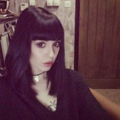 Find images and videos about hannah snowdon, hannah pixie snowdon and hanna snowdon on We Heart It - the app to get lost in what you love. 90s Grunge, Cabello Pin Up, Hannah Pixie Snowdon, Poses, Makati, Hairstyles With Bangs, Long Bob, Dark Hair, Hair Inspo