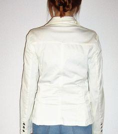 https://www.vinted.es/ropa-de-mujer/americanas/415107-americana-blanca-massimo-dutti Americana blanca entallada de Massimo Dutti. Botones labrados en el frente, puños y bolsillos.