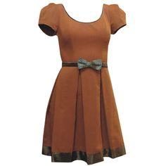 Vestido Decote Redondo Caramelo com Saia de Pregas e Laço de Onça - PREVIEW DE INVERNO! R$210.00