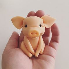 Instruction video Step by step pictures Polymer Clay Animals, Cute Polymer Clay, Fimo Clay, Polymer Clay Projects, Fondant Animals Tutorial, Fondant Figures Tutorial, Pig Birthday Cakes, Pig Crafts, Animal Cupcakes