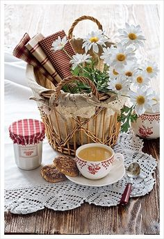 basket with fabric and daisies and a cup of tea Coffee Break, Coffee Time, Morning Coffee, Tea Time, Coffee Cups, Tea Cups, Coffee Coffee, Morning Gif, White Coffee