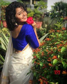 Anupama Parameswaran Beautiful HD Photoshoot Stills & Mobile Wallpapers HD (anupama parameswaran, hd images, kollywood, tollywood, mollywood) South Indian Actress, Beautiful Indian Actress, Beautiful Saree, Best Flower Pictures, Happy Onam, Anupama Parameswaran, Girls With Flowers, Photography Poses Women, Tamil Actress Photos