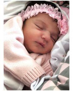 A imagem pode conter: 1 pessoa, dormindo, bebê e close-up