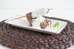 Köfte - Lekker op de bbq of bak de spiesjes in de grillpan. Heerlijk op een pita met knoflooksaus en sla. (Lees het recept via de bron!)