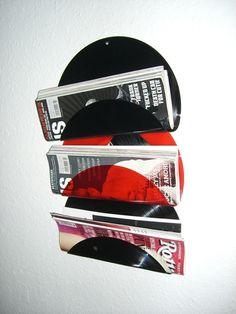 Zeitungshalter/Regal aus 100% recycelten Vinyl Schallplatten.     Dieser schmucke Designer Zeitungshalter glänzt durch eine...