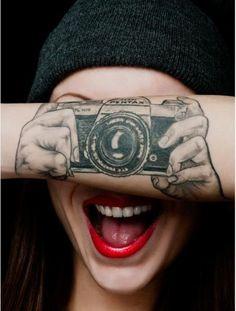 Realistische Fotokamera als 3D Tattoo für den Arm