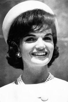 Le style Jackie Kennedy: avec un chapeau tambourin - EN IMAGES. Jackie Kennedy, le style mythique d'une icône - L'EXPRESS